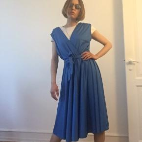 Beautiful Vintage dress 100% polyester  Light and comfortable  Light stripes pattern, shiny fabric Size:38/40? ...Adjustable with a bow 💝 💜FABULOUS 💜 You can come and try in Amma (I'm 165cm, 36)