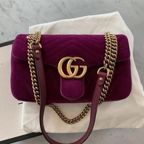 Gucci taske brugt få gange, dog med lidt makeup pletter indeni.   Der medfølger æske, dustbag samt kopi af kvittering fra mail.   Str. Small.