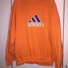 Orange adidas sweatshirt, rigtig god kvalitet. Kan ikke købes længere i butikker, da det er en vintage model. Aldrig brugt!  Byyyd