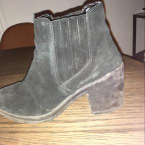 Stor slitage i sålen, dette kan løses med en ny sål. Resten af skoen vil jeg kalde god men brugt selvfølgelig.  Hæl højde er 7 cm