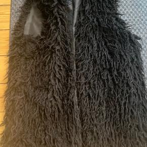 Fake fure - vest fra H&M  Aldrig brugt, let og blødt perfekt til en mindre jakke inden under.