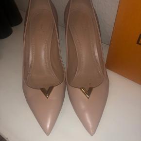 Smuk LV heartbreaker pump  Brugt to gange. Hælen måler 8 cm. Farve - nude  Købt i LV Barcelona. Kvittering, æske og dustbags medfølger.  Ny pris 620€