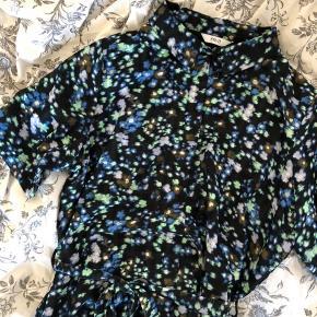Fin blomstret kjole 🦋 købt i Samsøe Samsøe Perfekt stand Får den ikke brugt