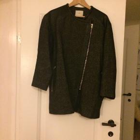 Så smuk jakke i virkelig god kvalitet. Kun brugt sparsomt og fremstår i super fin stand.