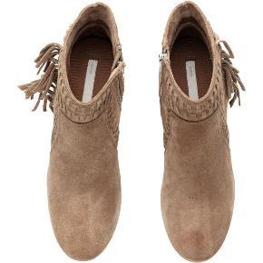 Støvler, str. 41, H&M Premium Quality, Beige, Ruskind, Ubrugt  Helt nye supersmarte ankelstøvler med frynser og dekorative stikninger. I originalæske.Solid lynlås på indersiden. Med runde snuder. Hælhøjde: 8 cm Normal i størrelsen. Nypris: 499,- kr. Eventuel fragt lægges oveni: 45 med DAO til nærmeste posthus/butik