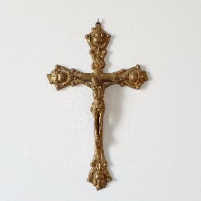 Gammelt katolsk kors i messing til at hænge op på væggen, f.eks. som del af en romantisk billedvæg. Måler 32 x 19 cm.