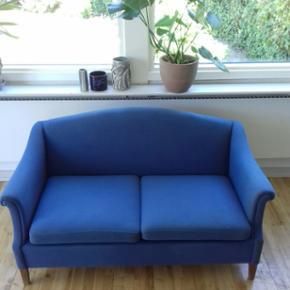Sofa i blå uld.