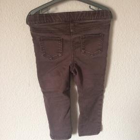 Next - jeans Str. 92 Næsten som ny Farve: bordeaux brun Lavet af: 64% cotton, 32% polyester og 4% elasthane Mål: Livvidde: fra 46 cm til 60 cm hele vejen rundt (har elastik i livet) Længde: Ydre: 50 cm Indre: 32 cm Køber betaler Porto!  >ER ÅBEN FOR BUD<  •Se også mine andre annoncer•  BYTTER IKKE!