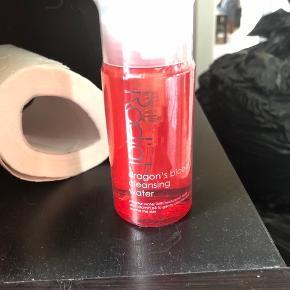 Lækker cleansing water på 100ml. som både fjerner make-up og renser huden