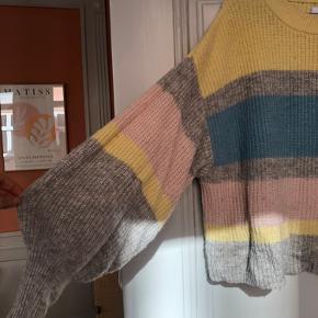 Super fin Envii trøje i søde farver og puf ærmer 💜💛 lidt stor i størrelsen