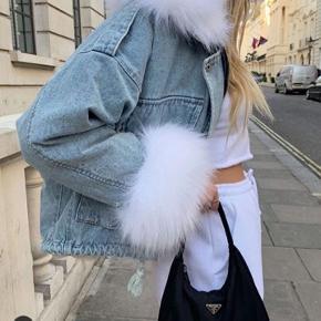 Super fon jakke fra mærket Lasula. Brugt få gange, men kan ikke ses  Det er en str s, dog oversize