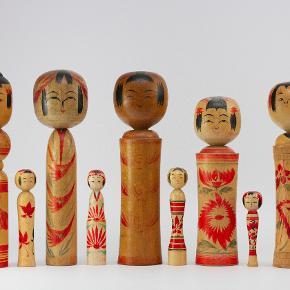 Kokeshi dukker. 1960 - 1985 vintage Japanske Kokeshi dukker i træ. Flotte dekorative og originale, købt i Japan.  Oprindeligt var de tiltænkt som legetøj, men har siden udviklet sig til souvenirs og endda samle objekter.   De fem store måler ca 25 cm. Enkelt pris 200 kr. De fire små er ca 8 cm. Enkelt pris 100 kr.  Send evt bud. Lager haves