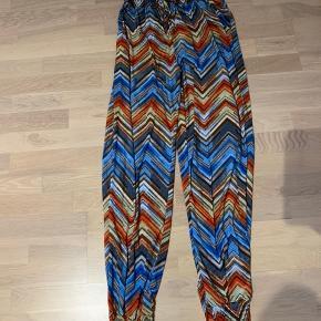 Multifarvet bukser str one size. 95% polyester 5 % spandex.  Med elastikkant i talje og ved ankler. Aldrig brugt.  Køber betaler Porto.