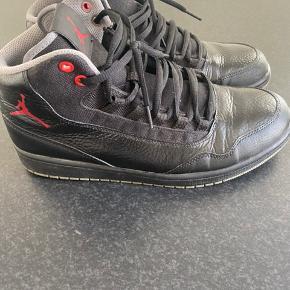 Nike air jordon retro 98. Str 44 i Nike svare til en slank 43 i dansk sko str. De er få små. Nærmest som nye.