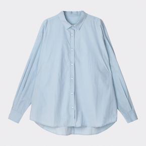 "Aiayu skjorte modellen ""shirt"" i farven blue glass. Byd!"