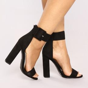 Helt nye sandaler med hæl i stof. Str. 40, men svarer til en smal 39'er. Aldrig brugt og stadig i æske.