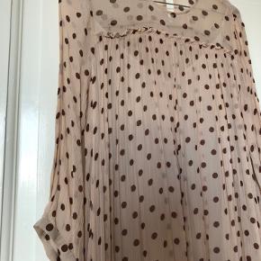 Fin kort kjole fra Baum und pferdgarten. Den er blevet brugt men stadig super flot, kan bruges som kjole eller udover et par jeans 💖