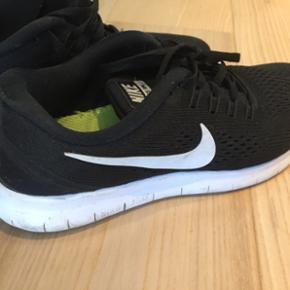 Nike sko. Str. 38. Købt i Salling i december, brugt få gange da de er lidt for små.  Sender gerne. Køber betaler fragt