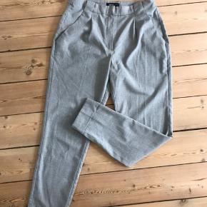 Mango suit pants str. 36 i grå.   Aldrig rigtig brugt.