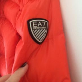 Lækker kvalitet og tyk varm Armani jakke , købt til 5000 kr på strøget. Den er nyrenset