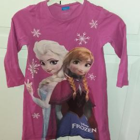 Virkelig sød kjole med Elsa og Anna fra Frost. Kan også bruges som natkjole.