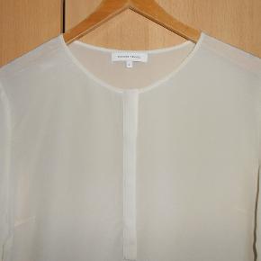 Fin bluse i 100% silke Brystmål 104 cm Længde 65 cm Som ny!