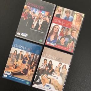 Gossip Girl - sæson 1-4 Sælges alle fire SAMLET for 100kr.  —————————————————————— - Sender med DAO - Betaling via Mobilpay - Ved TS handel betaler køber gebyr ——————————————————————