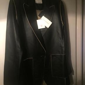 MB - Blazer/overgangsjakke i det blødeste lammeskind. Str. 36 (passes også af en str. 38). Aldrig brugt, stadig pris på ny pris 7000 kr. Bytter ikke.