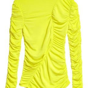 - Gul nylon trøje fra H&M - Aldrig brugt - Str 32, men passes også af en 34-36, da stoffet er elastisk
