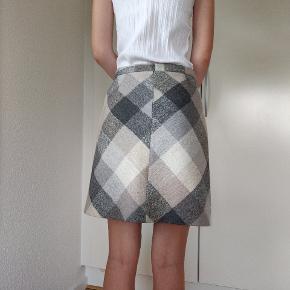 Ca.50cm lang, uld nederdel fra Esprit. I rigtig fint stand. Pris er eksl forsendelse og ikke til forhandling.