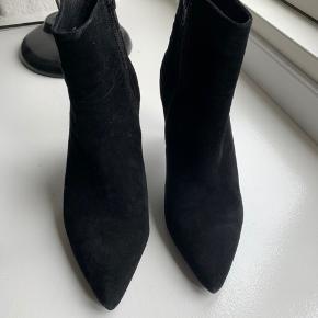 Fine støvler i sort ruskind fra Sofie Schnoor. Brugt få gange og fejler intet.