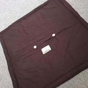 Chokoladebrun. Velour på forsiden passer til 50x50 pude