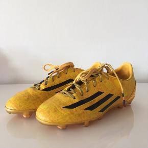 Adidas Messi fodboldstøvler sælges! Str. 35. Pris: 80 kr  Se gerne mine andre anonncer🙂
