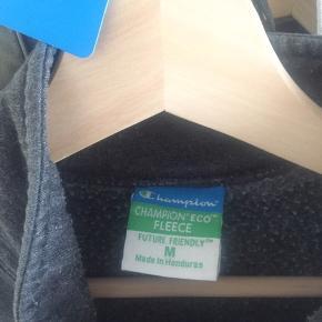 Sælger min vintage half zip sweater med lomme på. Den er købt i episode, for omkring et år siden. Den er brugt max 5 gange hos mig. Den er brugt, men stadig i rigtig fin stand og giver et vintage look. Den kan sendes eller afhentes i 4534 Hørve. Bare byd