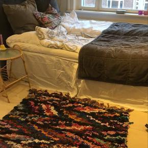 Sengegavl i mørkegrå velour, passer til en 140x200 seng.