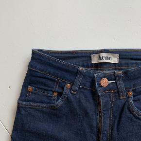 En lille syning er gået op på lommen og Acne-mærket er revet lidt op. Ellers er bukserne gode og har stadig masser af år i sig🦋