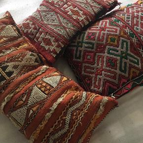 Fine marokkanske puder. En enkelt med hul i og en anden der skal syes sammen når man har kommet fyld i. Prisen er for alle.