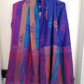 Smukt nepalesisk tørklæde i lilla og blå nuancer.