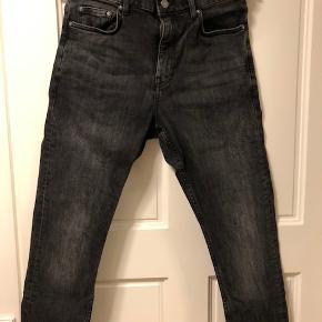 Sælger disse H&M skinny jeans i str. 30/32. Kun vasket én gang, hvorfor de er i super stand. Nypris 250 kr.