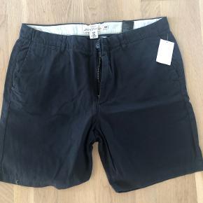 Klassiske chine shorts  Kvalitet: 100% Bomuld Farve: Ensfarvet Beige  Livvidde: 98cm. Benlængde: 21cm. (Innersømmen)