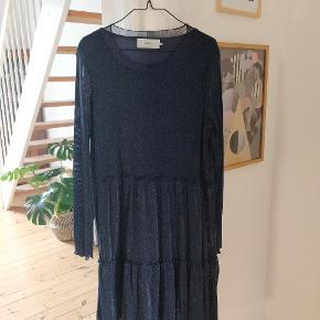 Den populære Huma dress i fin mørkeblå farve med glimmereffekt fra Moves by Minimum✨ Sælges, da jeg ikke får den brugt nok. Fin stand. Vasket én gang.
