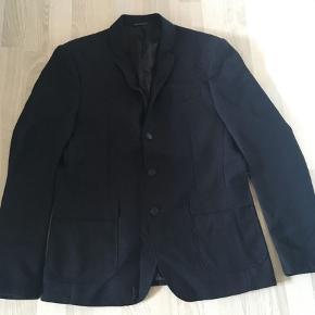 Sælger denne blazer for min kæreste. Han har brugt den få gange. Det er en slim fit i størrelse L.  Ingen fast pris, så endelig bare byd :)