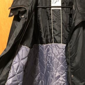 Fin sort vinterjakke, meget rummelig og med hætte skjult i kraven. Str.46. Fin stand  59% bomuld, 41% nylon Mål: Bryst 63cmx2 Længde 79cm Sender gerne:)