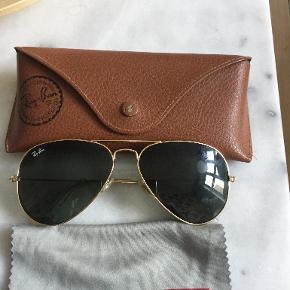 Ray-ban solbriller, der er en revne i etuiet Kan mødes og handle på Østerbro og i Storkøbenhavn  Se også mine andre annoncer