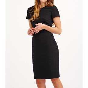 Smuk sort kjole fra InWear. Størrelse 36. Nypris 1.100 DKK. Aldrig blevet brugt, stadig med prisskilt. Kan sendes hvis køber betaler for fragt.