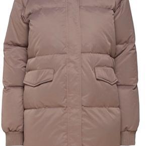 Minimum Kira dun jakke i lysebrun/beige, passer en str XS-M.