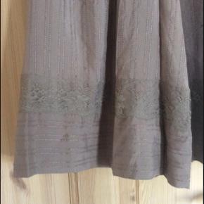 Meget smuk farve - helt ny 100% silkenederdel. Elastik i taljen, så kan passe flere str.  Nypris 1299kr