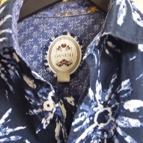 GANESH Skjorte i kvalitetsbomuld fra det italienske hippe mærke Ganesh str. S. Aldrig brugt da den desværre var for lille.  Nypris omkring 1.000 kr.  Sælges for 600kr. pp Sendes med DAO