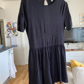 Sort jumpsuit med korte ærmer. Brugt nogle gange, men stadig som ny. Str. 38. Købt på Asos. Med hul til ryggen. Byd.