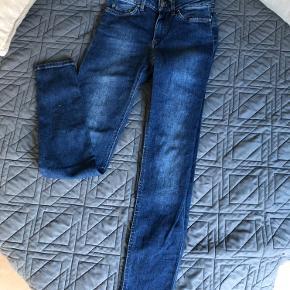 Slim fit og lavtaljede jeans i str. 24/30. Fejler ingenting.